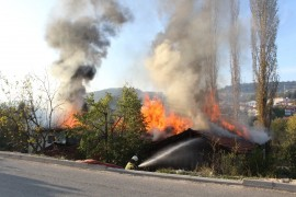 Keles'te üç ev yanarak kül oldu